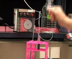 Die Peristaltik-Pumpe pumpt die Probenflüssigkeit in die Säule